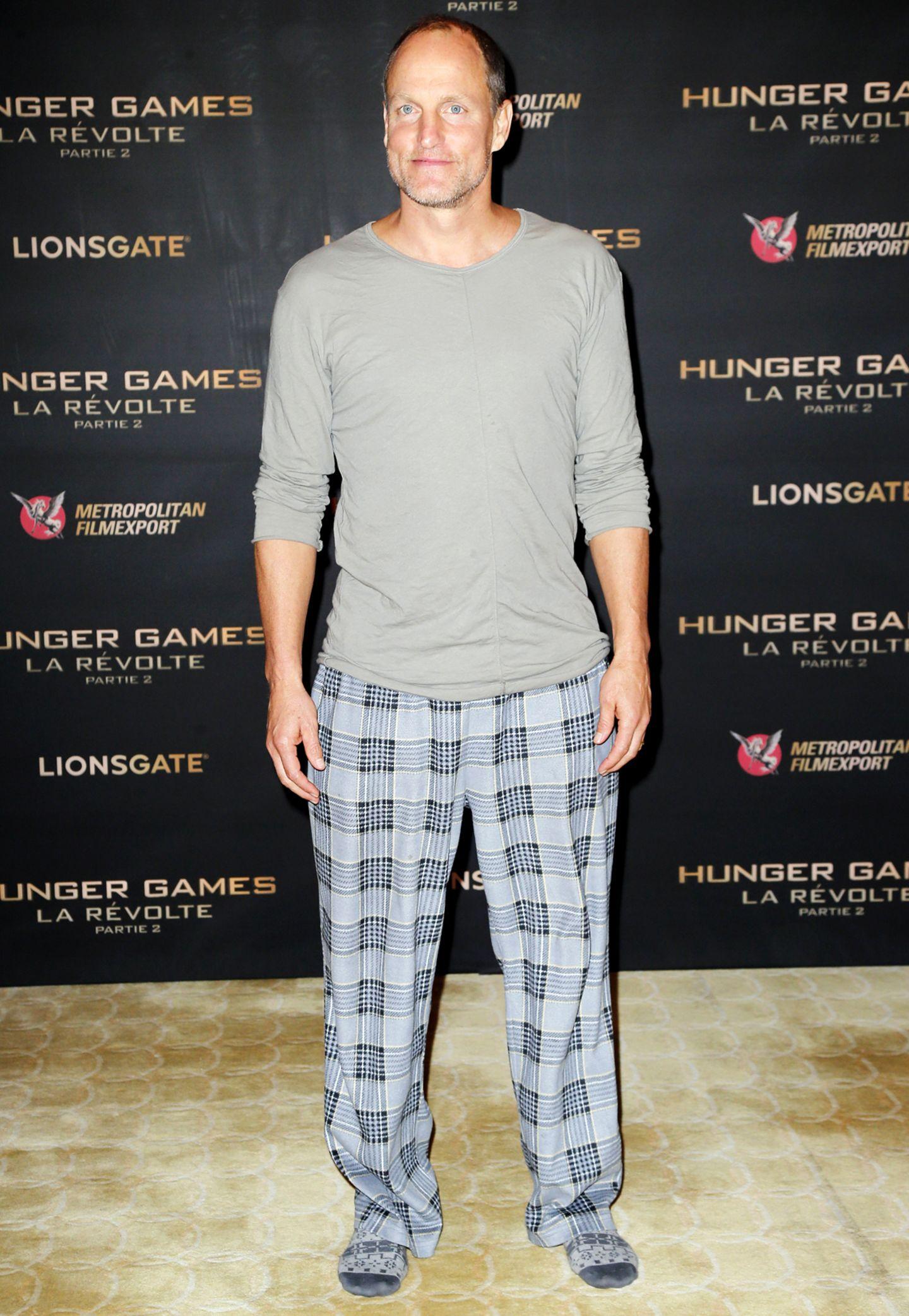 """Soetwas kann sich auch nur Woody Harrelson erlauben: In Pyjama-Hose und nur mit Socken an den Füßen spaziert der Schauspieler zum Photocall für """"Mockingjay - Part 2"""" in Paris."""