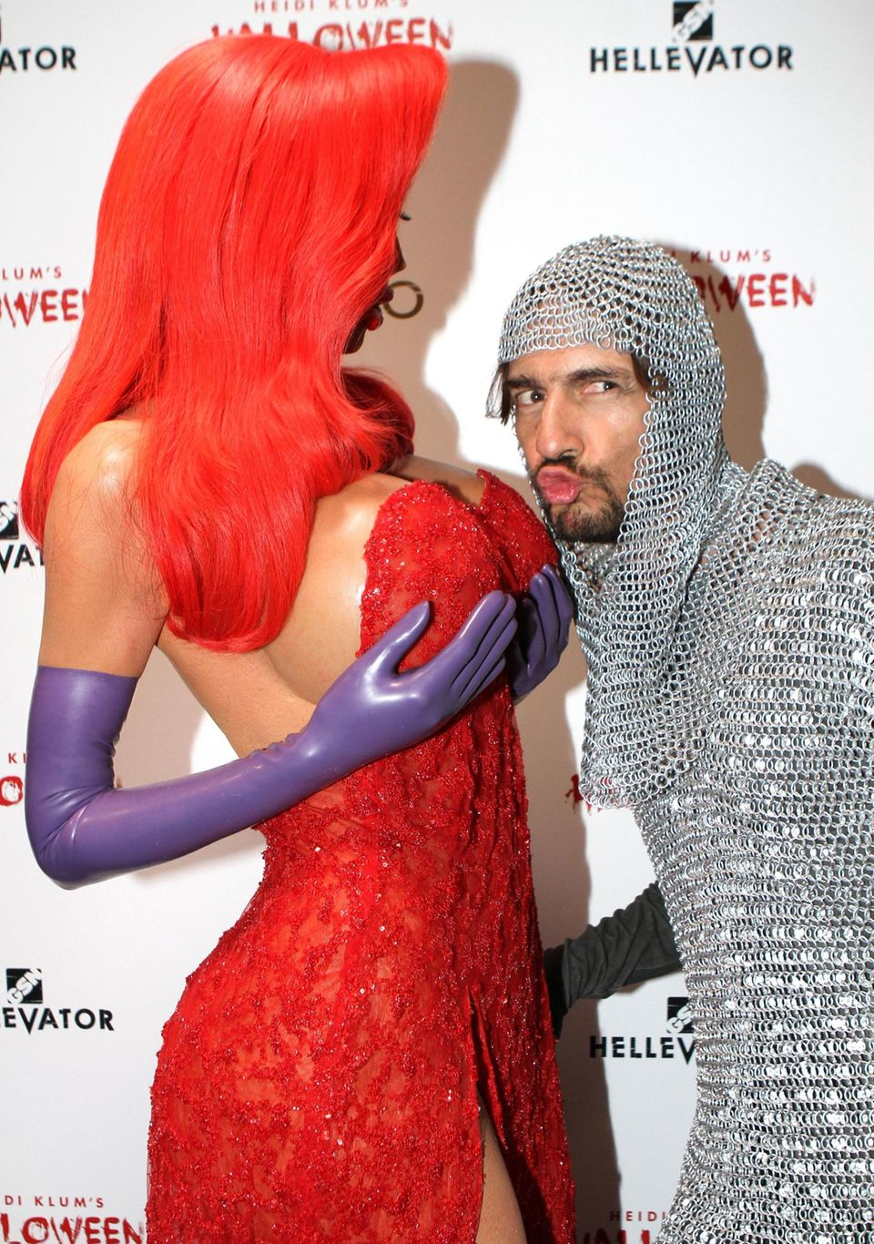 """Thomas Hayo darf auf einer Party seiner Freundin und """"GNTM""""-Kollegin Heidi Klum natürlich nicht fehlen. Als Ritter kommt er """"Jessica Rabbit"""" ganz schön nahe."""