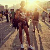 Model Lena Gercke genießt die letzten Sonnenstrahlen im Olympischen Park von Rio.