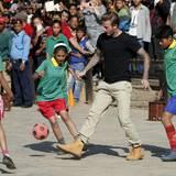 David Beckham kickt mit den Kindern, um Spenden für die UNICEF zu sammeln.