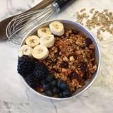 """Was kommt bei Model Molly Sims ins Müsli? Heute mal alles mit """"B"""": Brombeeren, Blaubeeren, Bananen - und natürlich ganz viel Ballaststoffe. DIe Dame hat immerhin einen Blog, auf dem sie regelmäßig Themen rund um Kochen und gesunde Ernährung behandelt, das Frühstück überzeugt uns."""
