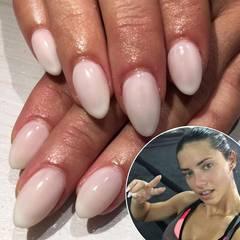 """Als Chef-Engel der """"Victoria's Secret"""" Fashion Show weiß Adriana Lima genau, worauf es bei den Vorbereitungen ankommt. Von Kopf bis Fuß muss alles makellos sein. Dafür setzt die brasilanische Schönheit auf eine Kombination aus hartem Training und ausführliche Besuche im Beauty-Salon."""