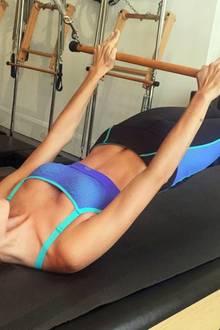 Pilates zählt zu einer der liebsten Trainingsmethoden von Sara Sampaio. Neben den definierten Muskeln hat dieses Workout einen angenehmen Nebeneffekt: Auf Instagram berichtet das portugiesische Model, dass ihre Rückenschmerzen verschwunden seien.