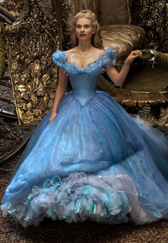 Bezaubernd naiv und liebenswert spielt Lily James die Cinderella, deren böse Stiefmutter und fiese Stiefschwestern versuchen, ihr das Leben zur Hölle zu machen.