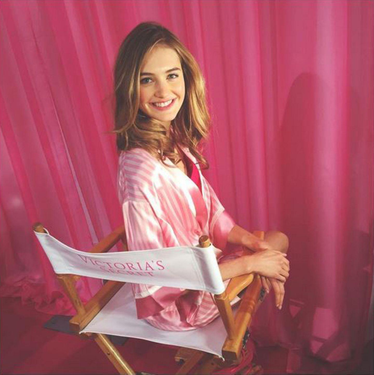 """Pinke Vorhänge, rosa gestreifte Satin-Morgenmäntel und Regiestühle mit Neon-Logo: Die Holländerin Sanne Vloet zeigt auf Instagram, wie durchgestylt das Backstage-Interior bei """"Victoria's Secret"""" ist."""