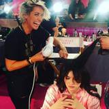 Glätten, föhnen, legen - Die Hair-Stylistin Riawna Capri, die unter anderem auch für die Frisuren von Nina Dobrev, Emma Roberts und Julianne Hough verantwortlich ist, hat hinter den Kulissen alle Hände voll zu tun.