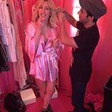 Nicht nur die Models werden hinter den Kulissen für die Show vorbereitet. Auch die Live-Acts des Abends bekommen ihre Haare und ihr Make-up gemacht. Ellie Goulding genießt diese Tüdeleien in vollen Zügen und mit einem Gläschen Champagner.