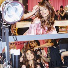 Zwei Engel, doppelt so viel Styling-Glamour. Lily Aldridge und Flavia Lucini sitzen sich in der Maske gegenüber.