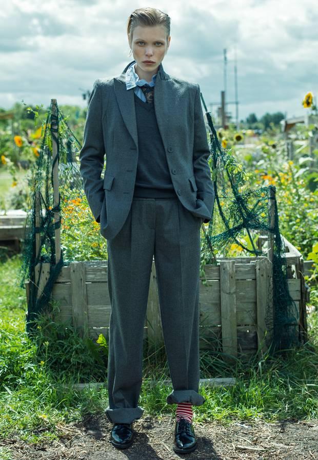 Weicher Flanell, cooler Look: grauer Anzug mit spitzem Revers und weiter Hose, von Riani. V-Ausschnitt-Pulli von Fred Perry. Streifenhemd von Ganni. Krawatte von H&M. Ringelsocken von Falke. Schnürschuhe von Paul Green