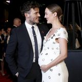 Welch gelungene, supersüße Überraschung! Sam Claflin kommt mit seiner schwangeren Ehefrau Laura Haddock zu der Premiere in London und verkündet so das Babyglück.
