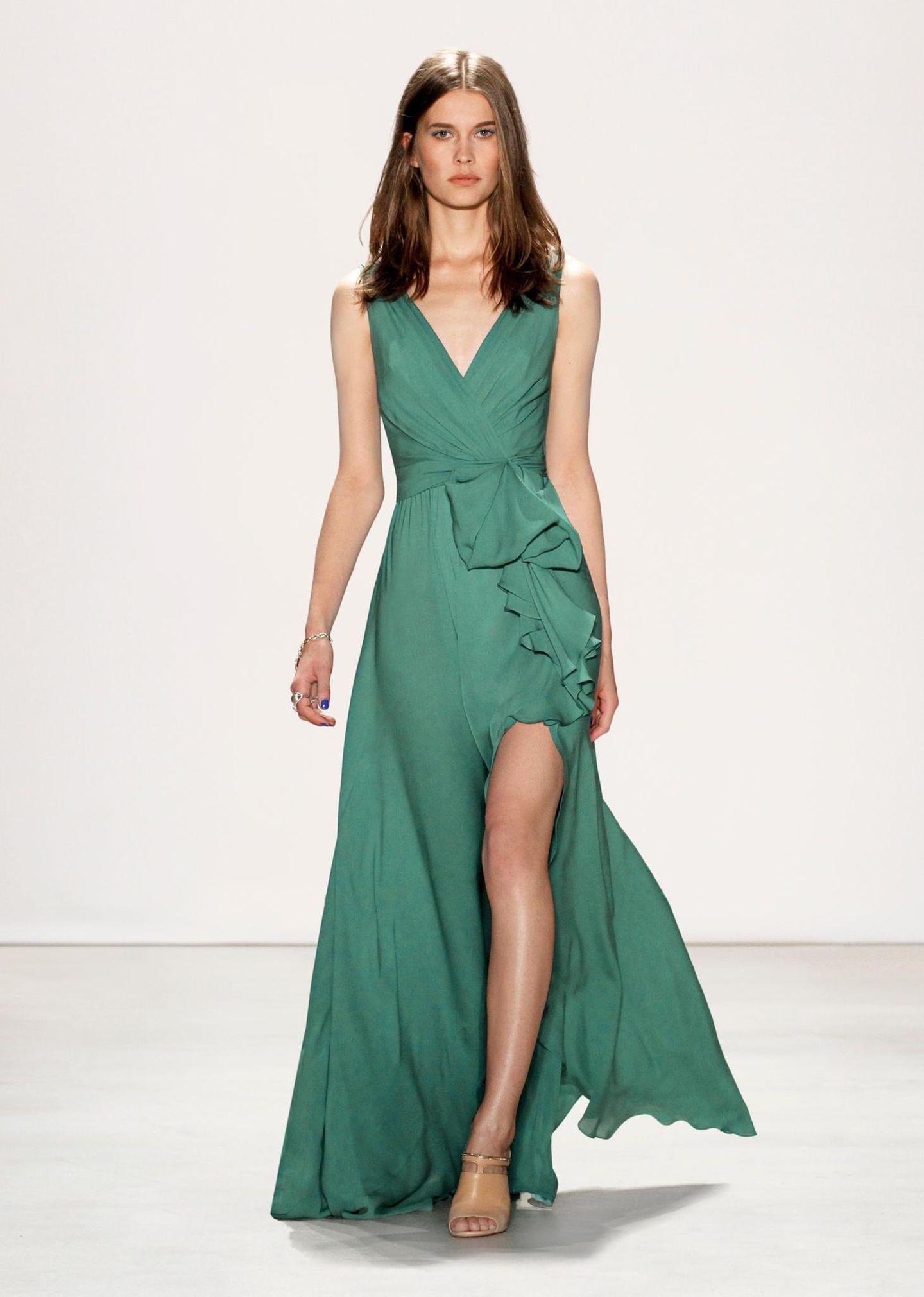 Jenny Packham F/S 2016: Dieses Wallekleid ist sooooo für sie gemacht. Auch der Grünton passt perfekt zur brünetten Herzogin.