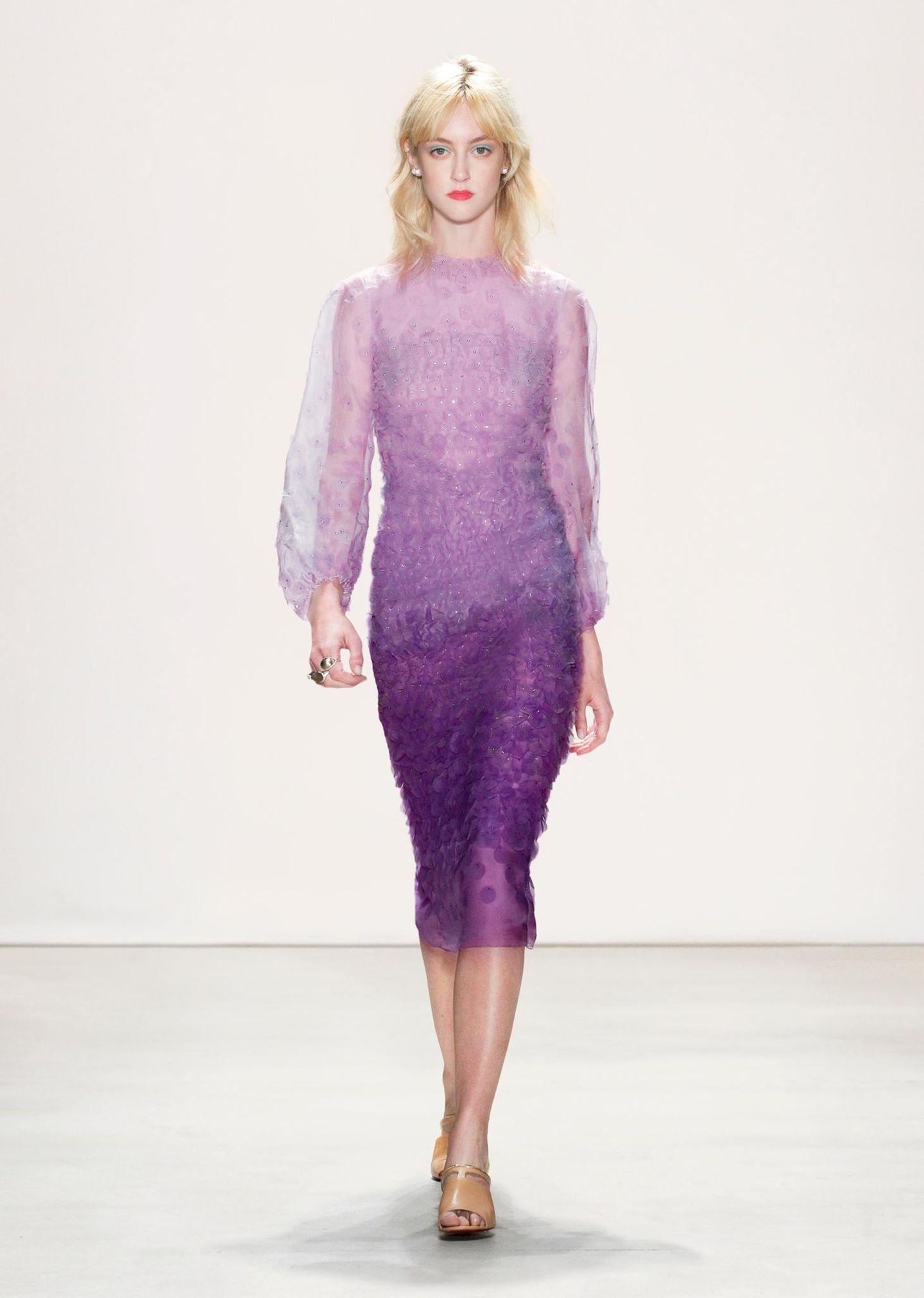 Jenny Packham F/S 2016: Eines unserer liebsten Kleider: Das violettfarbene Kleid mit Verlauf würde an der Herzogin von Cambridge märchenhaft aussehen.