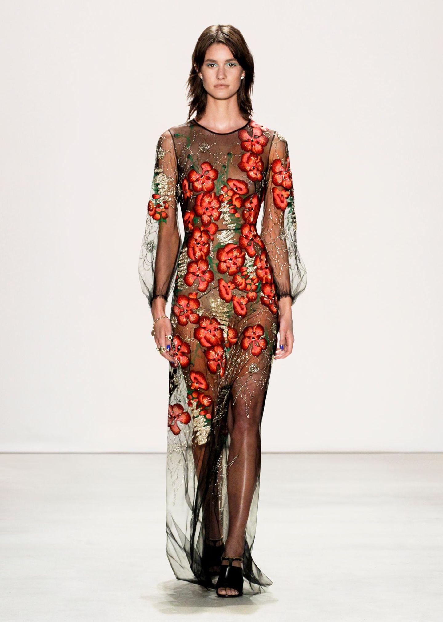 Jenny Packham F/S 2016: Große Mohnblumen schlängeln sich hier entlang dieses transparenten Kleides. Catherine würde dazu sicherlich ein entsprechendes Unterkleid tragen.
