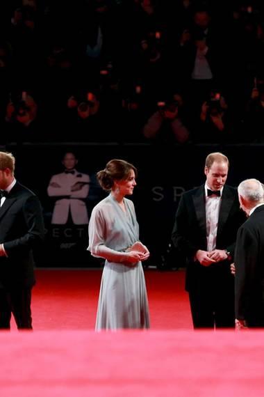 Die Royals begrüßen Regisseur Sam Mendes und die Produzenten Barbara Broccoli und Michael G. Wilson.