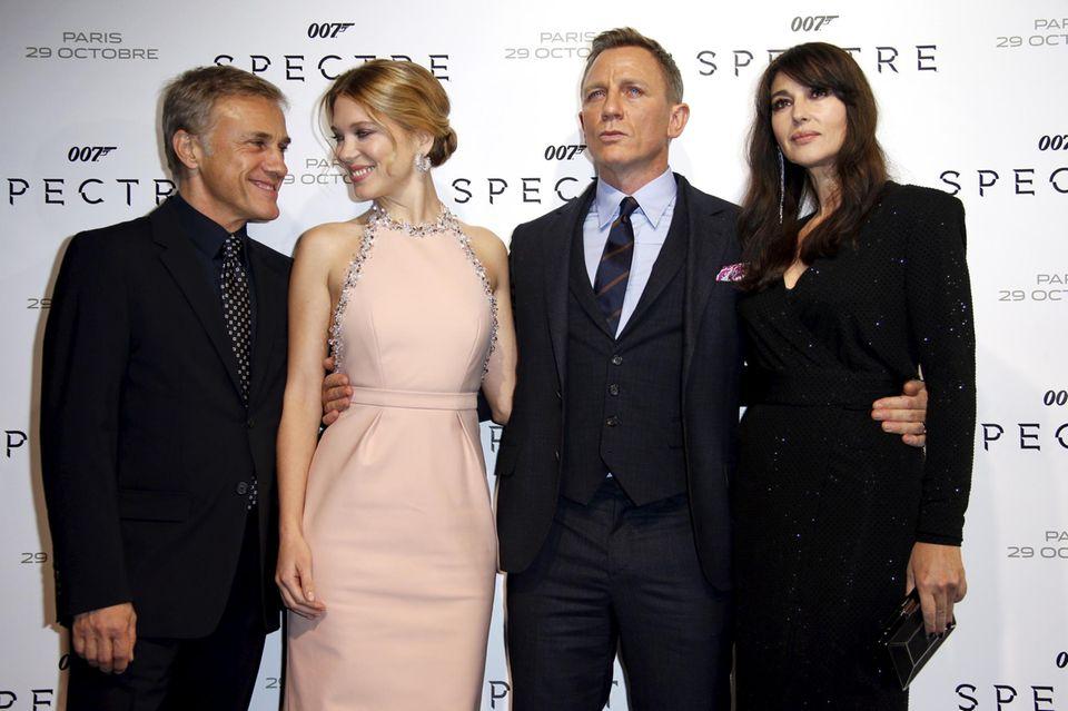 Paris  Weiter geht die Premierentour: Christoph Waltz, Lea Seydoux, Daniel Craig und Monica Bellucci sind zusammen in Paris auf dem roten Teppich.