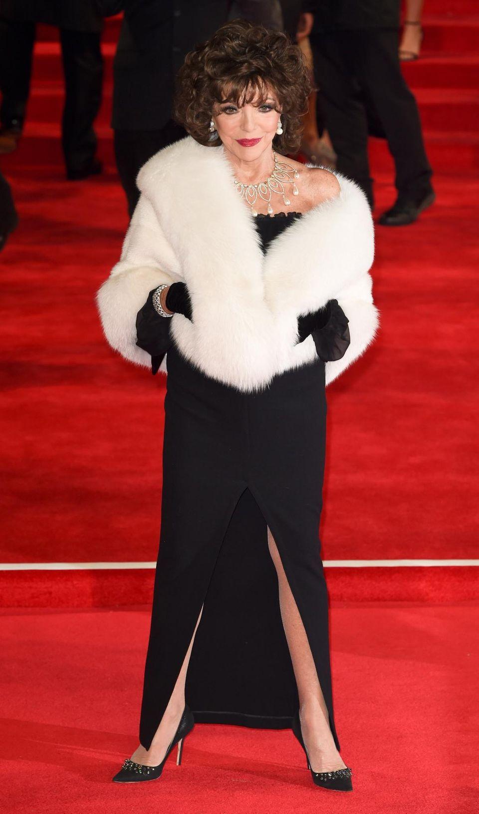 Joan Collins bringt den Glamour auf den roten Teppich der Weltpremiere.