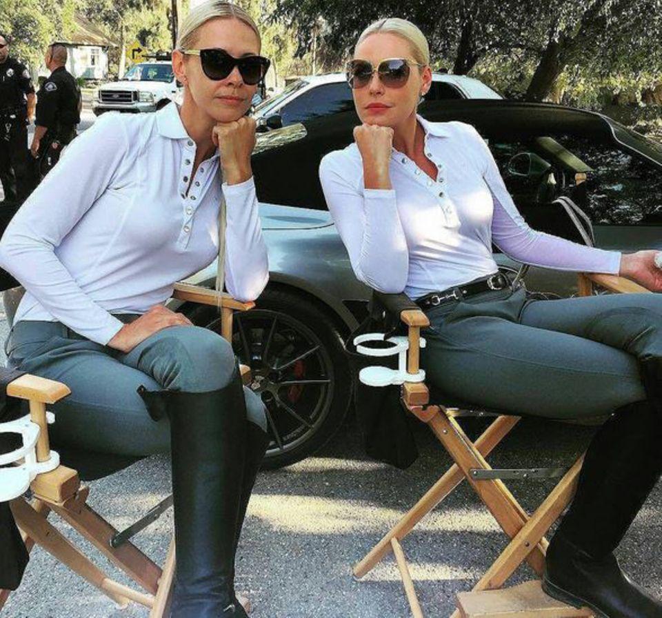 Katherine Heigl und ihr Leinwandzwilling Jennifer Sims nehmen vor dem Dreh im Regiestuhl Platz.