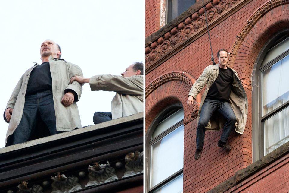 """Michael Keatons Double springt für den oscarprämierten Film """"Birdman"""" von einem Dach im New Yorker Theater Disctrict."""