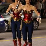 """Gleich zu Zweit rennen Adrianne Palicki und ihr """"Wonder Woman""""-Double über den Hollywood Boulevard in Los Angeles."""