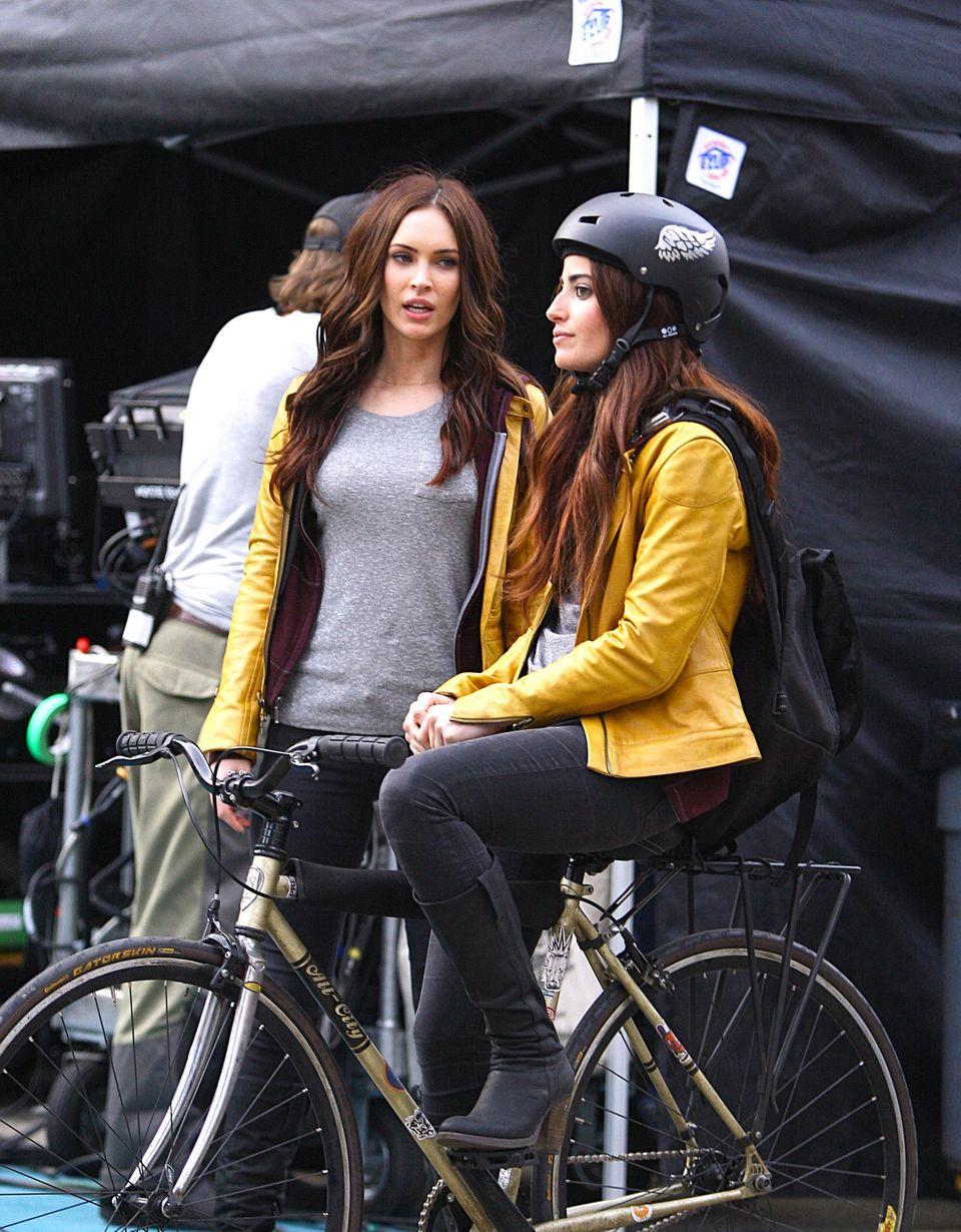 """Am Set von """"Teenage Mutant Ninja Turtles"""" in New York tauschen sich Megan Fox und ihr Double aus."""