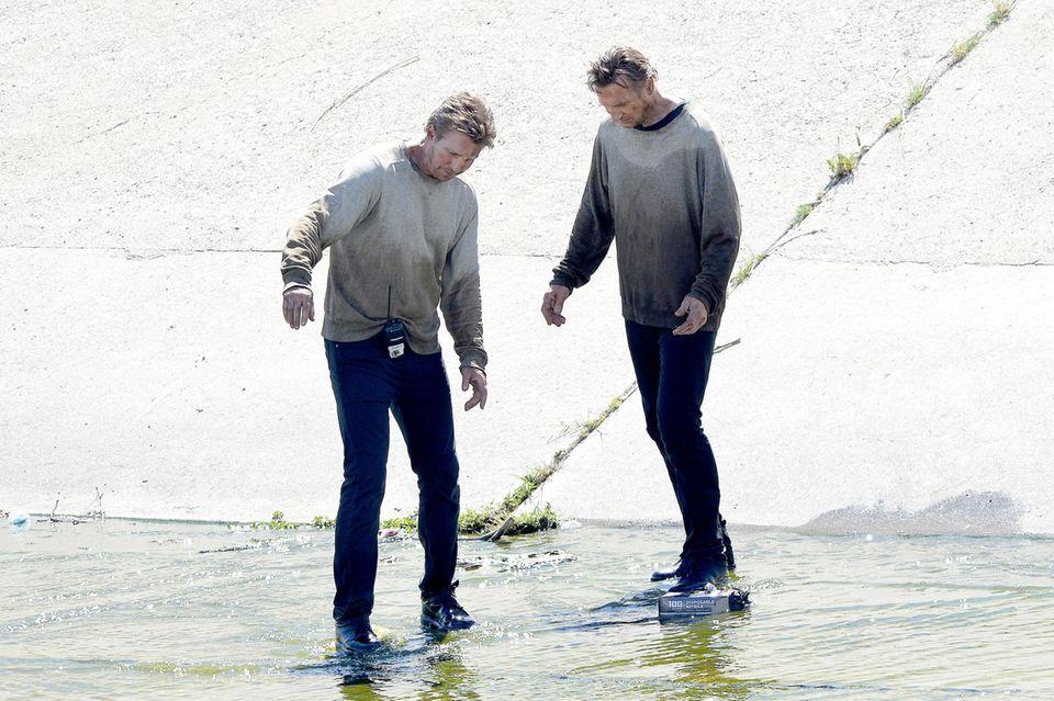 """Liam Neeson steht für """"Taken 3"""" vor der Kamera und mit ihm im Los Angeles River sein Double."""