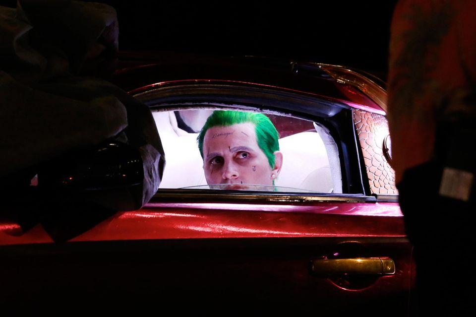 """Jared Leto spielt in """"Suicide Squad"""" den Joker. Bei den Dreharbeiten im kanadischen Toronto darf er nicht selber ans Steuer des G35 Coupe. Das übernimmt ein Stuntman."""