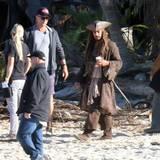 Johnny Depps Double als Captain Jack Sparrow torkelt an der australischen Gold Cost über den Strand.