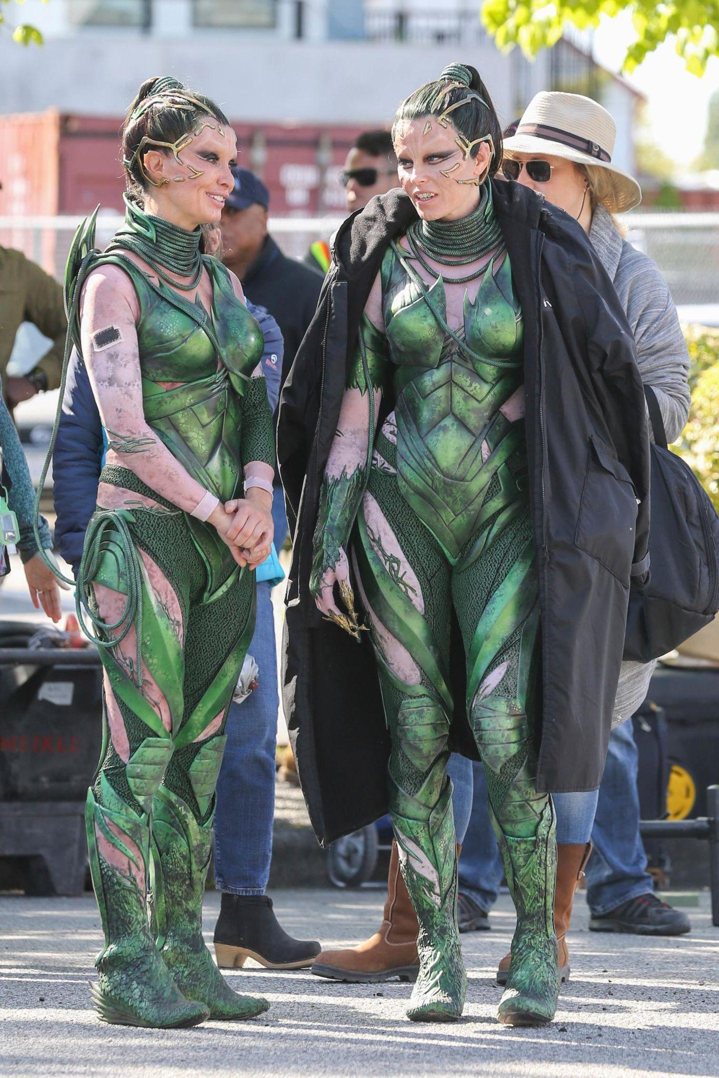 """Zum Verwechseln ähnlich sehen sich Elizabeth Banks (r.) und ihr Stunt Double bei den Dreharbeiten für den neuen """"Power Rangers""""-Film in Vancouver."""