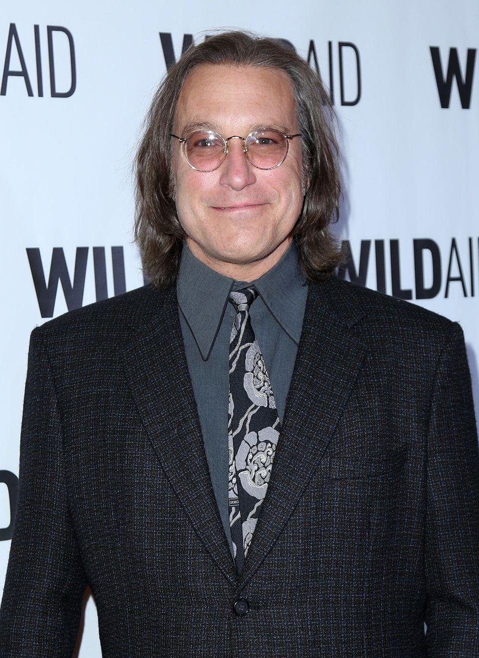 Aiden alias John Corbett hat sich optisch ganz schön verändert. Durch seine runde Brille und die ergraute Mähne, erinnert der Schauspieler an eine Mischung aus Country-Sänger und John Lennon.