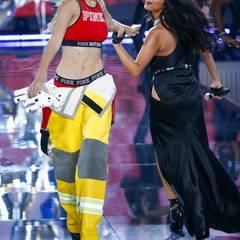 Gigi Hadid schäkert mit Freundin Selena Gomez.