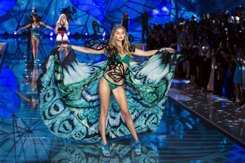 """Bei Gigi Hadids erstem """"Victoria's Secret""""-Auftritt in diesem Schmetterlingskleid weiß man gar nicht, wo man zuerst hinschauen soll."""