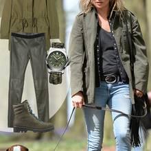 Kate Moss beim Spaziergang mit ihrem Hund in einer lässigen Kombi aus Denim und Military