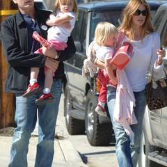 Denise Richards  Aus seiner Vergangenheit hat Charlie Sheen nicht gelernt: 2002 heiratet er die Schauspielerin Denise Richards, die sich nach nur drei Jahren wieder von ihm scheiden lässt. Erneut wird Sheen sein Schlägerverhalten zum Verhängnis. Richards wirft im Gewaltandrohungen vor. Von der Beziehung bleiben schließlich nur noch böse Anschuldigungen und zwei gemeinsame Töchter übrig.
