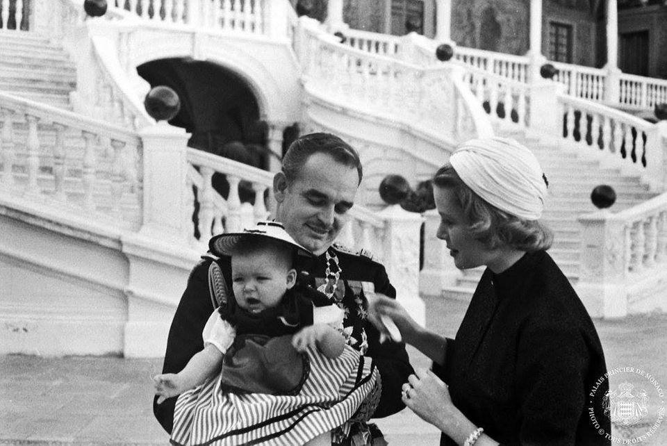 Die kleine Prinzessin Caroline trägt die Nationaltracht, scheint aber - trotz des feierlichen Anlasses - nicht gerade begeistert. Ihre Eltern Fürst Rainier und Fürstin Gracia Patricia kümmern sich liebevoll um ihre 1957 geborene Tochter.