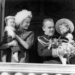 Auftritt auf dem Balkon 1958: Das Fürstenpaar mit seinen beiden ältesten Kindern Albert und Caroline.