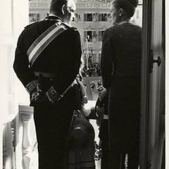 Fürst Rainier und Fürstin Gracia Patrica zeigen sich 1962 ihren Untertanen. Vor ihnen auf dem Balkon ihre beiden Kinder.