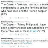 """Auf Twitter gibt das britische Königshaus gleich drei Statements ab. Darunter befinden sich auch zwei wortwörtliche Bekundungen der Queen. """"Prinz Philip und ich sind über die schrecklichen Verluste in Paris zutiefst schockiert und betrübt """", heißt es, bevor sich die Königin in einem weiteren Post an die Franzosen und die Familie wendet, die einen ihrer Liebsten verloren haben."""