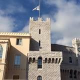 In Monaco hat man sich im Palast dazu entschieden, die Flaggen nach den Anschlägen auf halbmast zu setzen.