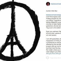 """Als die erste Bombe in Paris zündet, befindet sich Bastian Schweinsteiger - gemeinsam mit der Nationalelf - nicht weit entfernt im Pariser Stadion """"Stade de France"""". Auf Instagram drückt er wenige Tage später seine Fassungslosigkeit und Betroffenheit aus, gedenkt jedoch auch den Opfern von Beirut."""