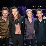 One Direction setzen ebenfalls ein Zeichen in Sachen Solidarität: Zu ihren Anzügen tragen sie jeweils eine Schleife in rot-weiß-blau.