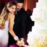 Gemeinsam schneidet das Ehepaar die mehrstöckige Hochzeitstorte an.