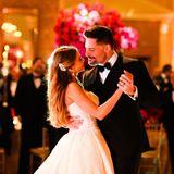 Wie romantisch: Das frisch vermählte Brautpaar genießt den ersten Tanz.