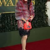 """Das Motto von Künstlerin Bip Ling scheint eindeutig """"mehr ist mehr"""" zu sein. Pinke Die pinke Mütze und die rot schimmernde Pelzjacke hätte sie allerdings getrostzu Hause lassen können."""