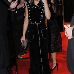 Das ärmellose schwarze Chanel-Kleid steht Rita Ora ausgezeichnet. Sie scheint sich auch wohlzufühlen.