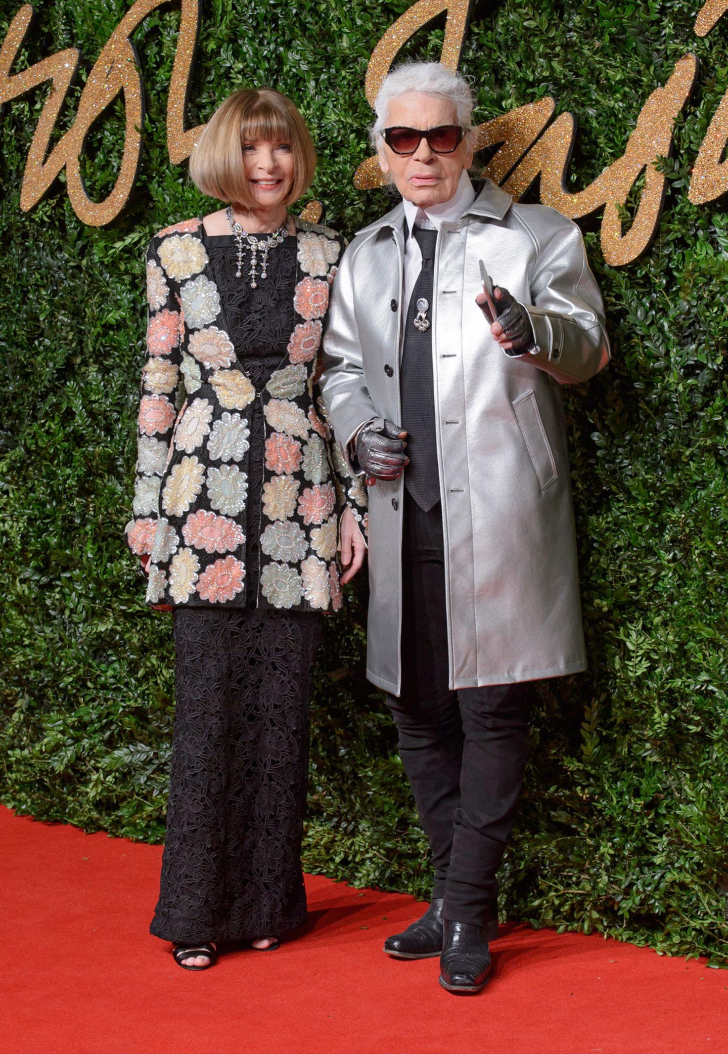 """Anna Wintour überreicht Karl Lagerfeld den Award für herausragende Leistungen. Den hatte die """"Vogue""""-Chefin selbst im Vorjahr bekommen."""