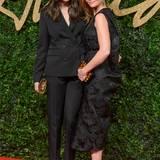 """Stella McCartney kann einen Award in der Kategorie """"Marke des Jahres"""" mit nach Hause nehmen. Freundin Liv Tyler freut sich mit ihr."""