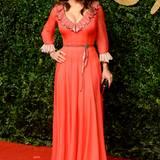 Salma Hayek wirkt in diesem korallenfarbenen Kleid von Gucci etwas altbacken.