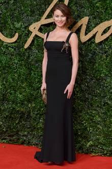 Bond-Girl Olga Kurylenko zeichnet an diesem Abend den besten Accessoire-Designer aus. Charlotte Olympia bekommt den Preis.