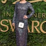 Bei dieser Haarfarbe fällt das Kleid kaum auf: Lily Allen kombiniert eine Chanel-Handtasche zu ihrem floralen Metallic-Spitzenkleid.