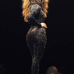 Bei einer Show in Kuala Lumpur im Dezember 2012 glitzerte Jennifer Lopez in einem schwarzen, engen Catsuit.